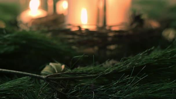 Zapálené svíčky s smrkové větve
