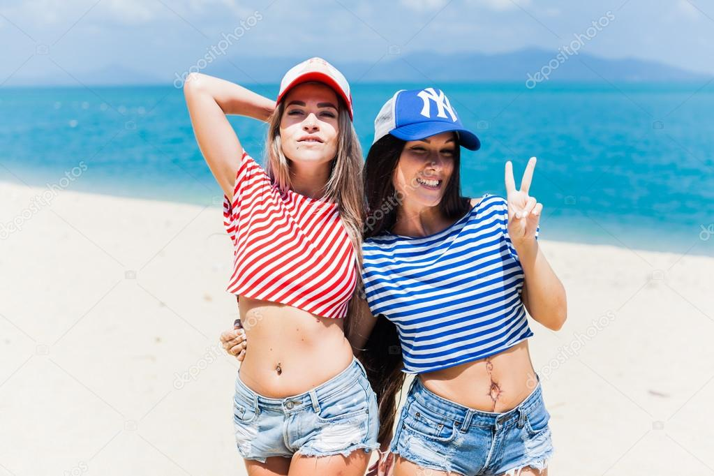 Фото обн дев на пляже фото 89-310