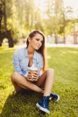 Photo smiling  woman with coffee