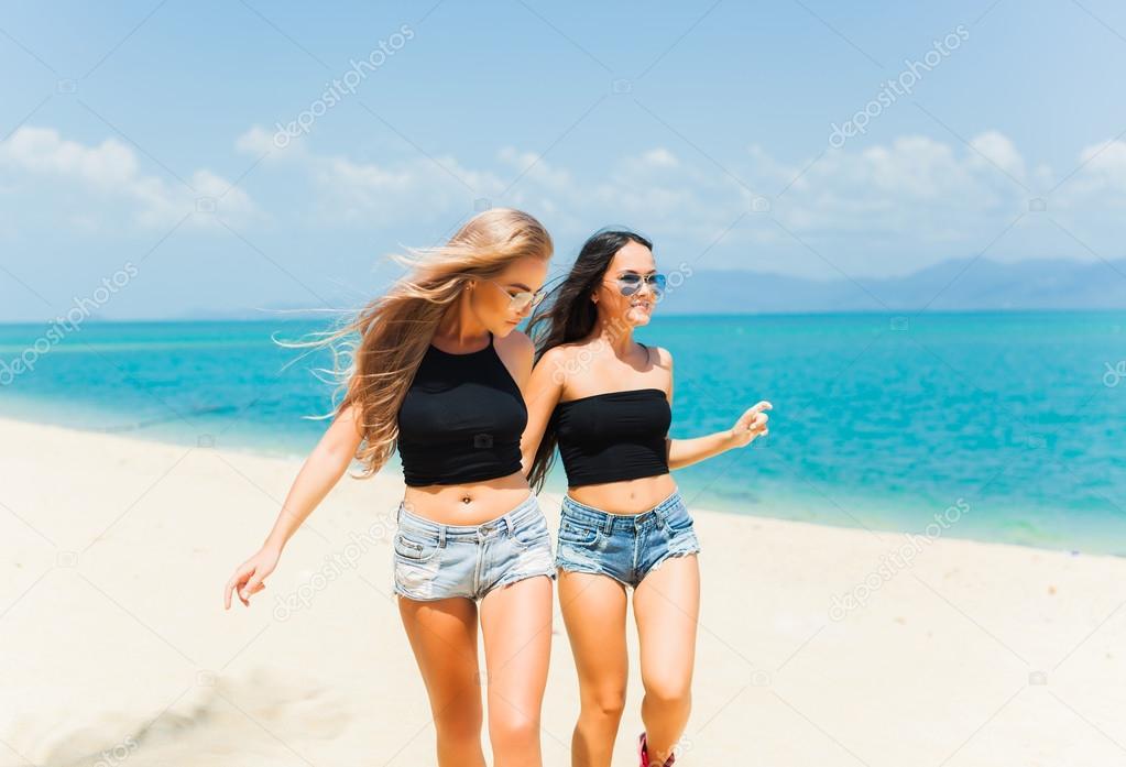 Красивые девушки на пляже (38 фотографий) - Fishki