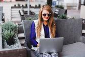 Fényképek fiatal üzletasszony szerkezet-ra laptop