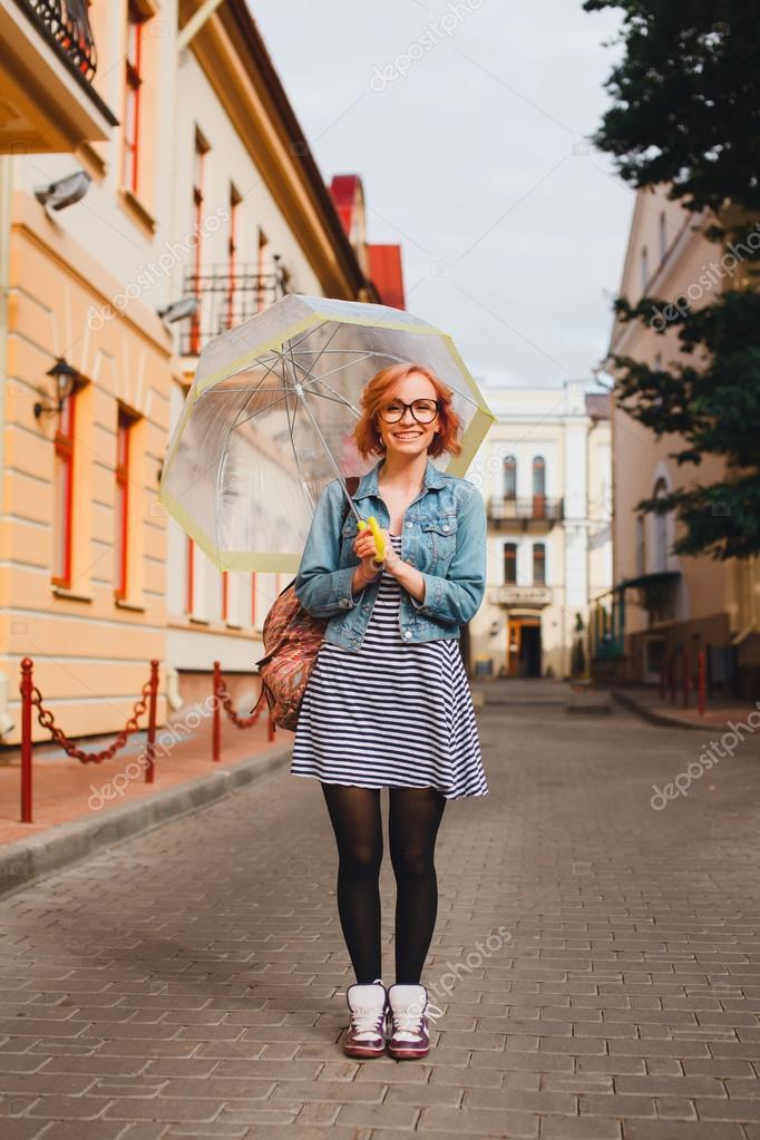 Девчонка позирует на улице