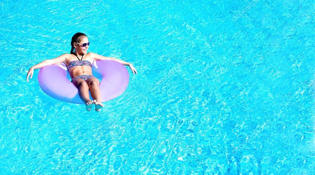 Девка в бассейне, порно с секретаршей фиолетовом платье