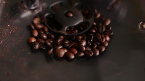 Tmavě kávová zrna v kávovar