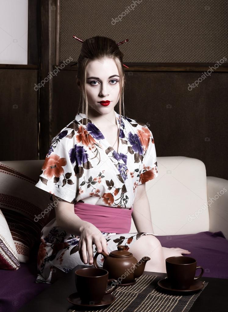 Секси девушка в кимоно