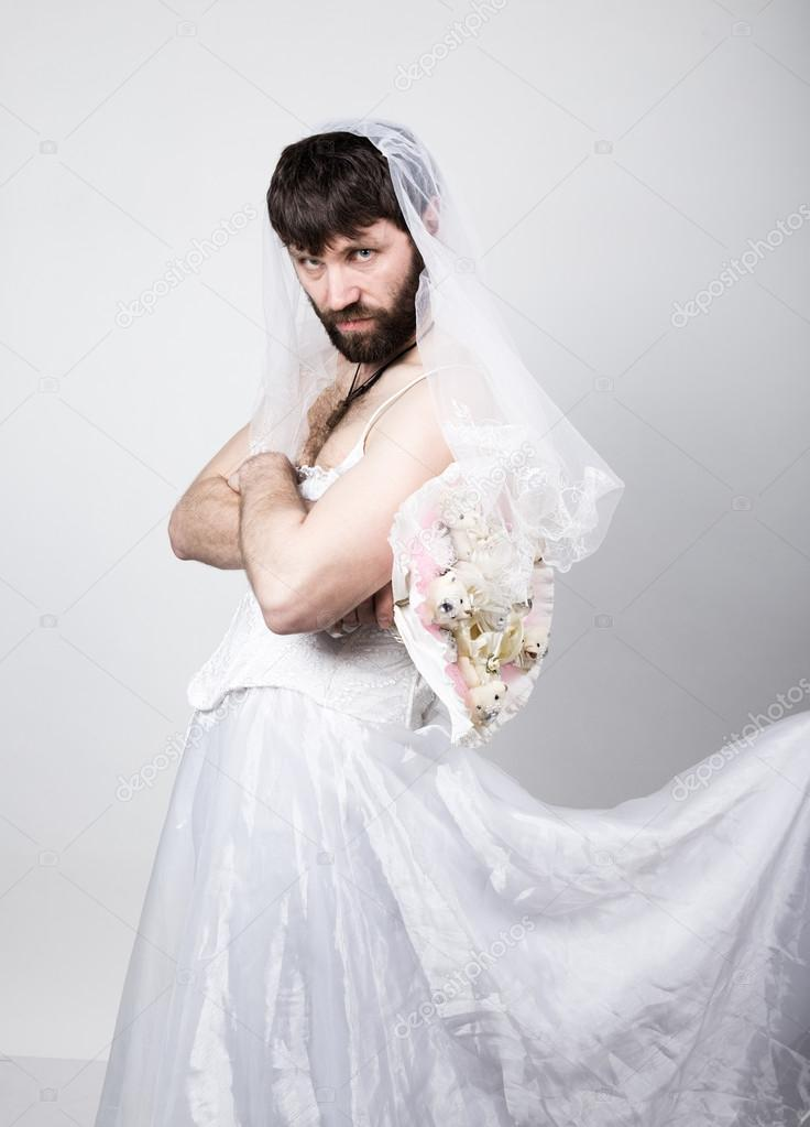 barbudo hombre en un vestido de novia de la mujer sobre su cuerpo