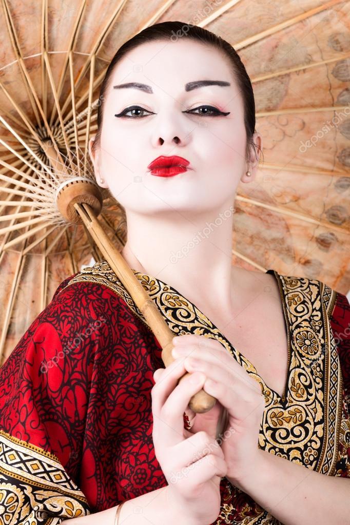 Bien connu bella ragazza vestita come una geisha che tiene un ombrello cinese  FU43