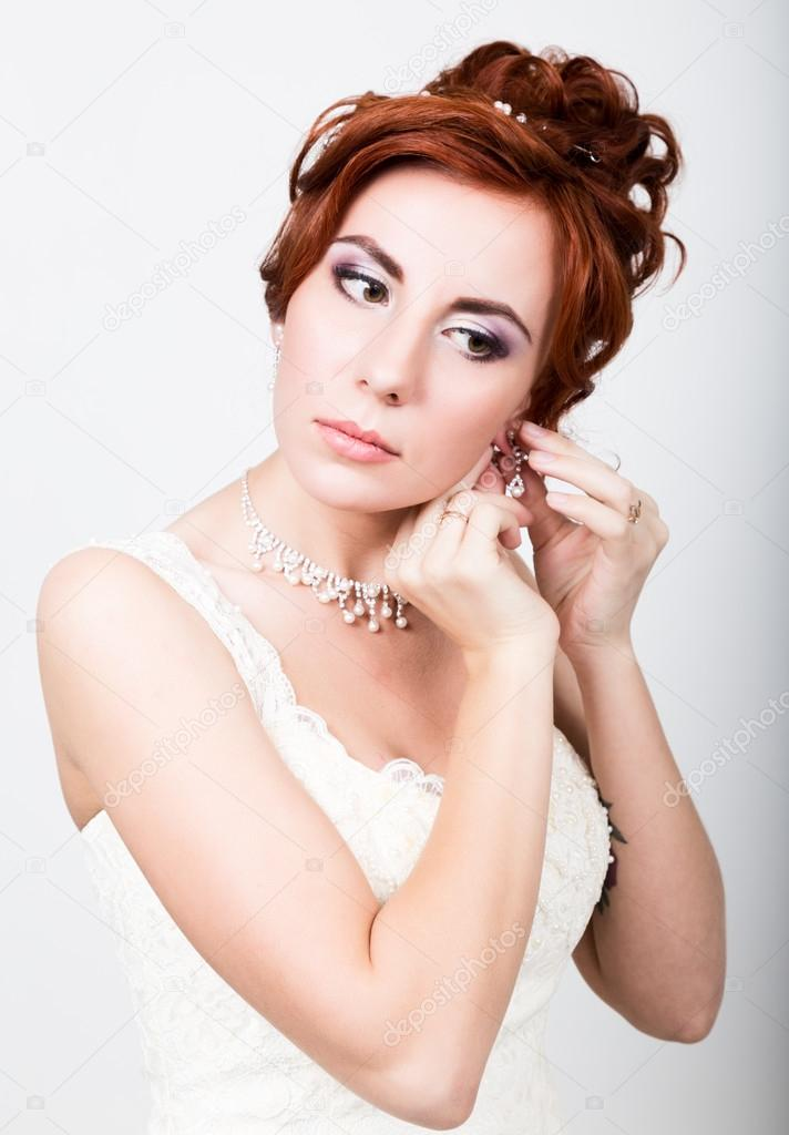 schöne Braut im Hochzeitskleid mit einer Hochzeit Make-up und Frisur ...