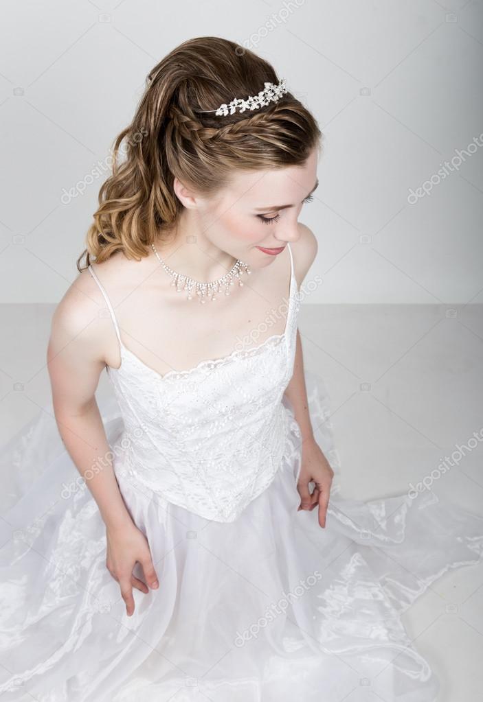美しい花嫁変なポーズ、さまざまな感情を表現します。ファッションの結婚式のヘアスタイルと美しい花嫁。面白い花嫁コンセプト \u2014 [著者]の写真  sandy,che.yandex.ru