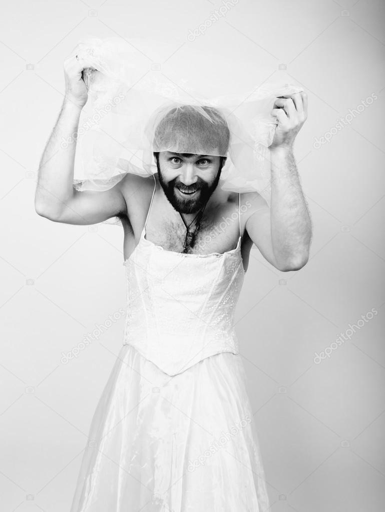 06f2c905a Barbudo hombre en un vestido de Novia de la mujer sobre su cuerpo desnudo