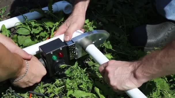 vízvezeték-szerelő a műanyag csöveket összekötő berendezés