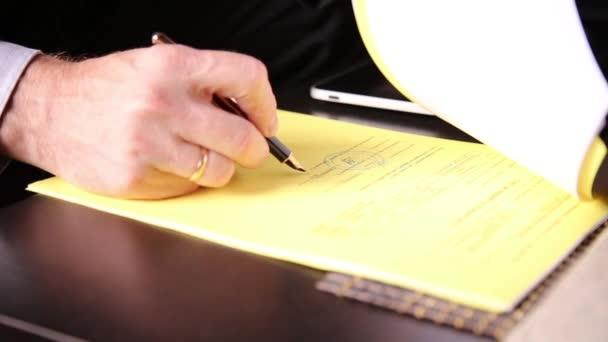 Podnikatel, sedí v kanceláři podepisuje zákon porovnán s pc tablet. Detail rukou člověka a plnicí pero