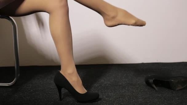 Женщина сидит на стуле скрестив ноги видео фото 627-869