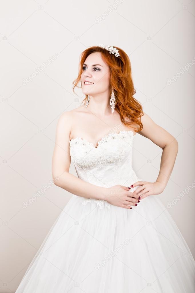 Rothaarige Braut im Hochzeitskleid, helle ungewöhnliches Aussehen ...