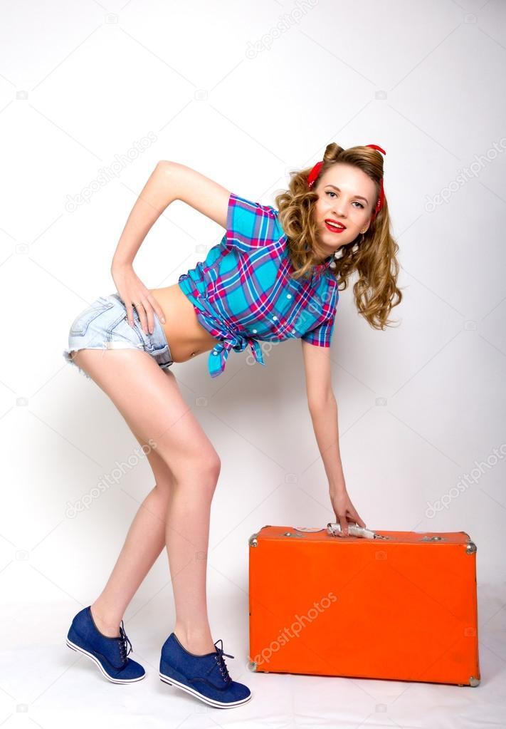 pin up girl hermosa mujer caucsica iin una camisa azul a cuadros y shorts muy cortos un pauelo rojo en la cabeza u foto de