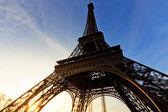 slavná Eiffelova věž v Paříži