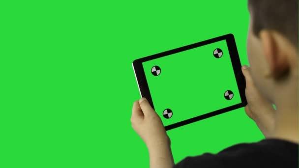Chlapec hrát na svém počítači tablet