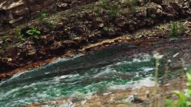 Feng Shui Tuin : Klein gesneden stenen feng shui oekraïne tuin waterval u2014 stockvideo