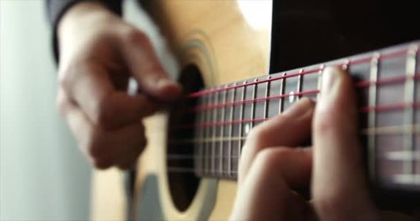 Hraní na kytaru, Strumming akustická kytara, Man hand with a guitar neck
