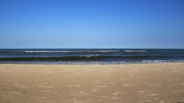 mořské vlny a písečná pláž