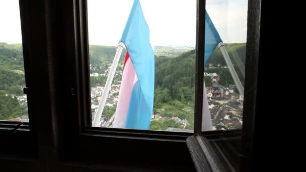 Pohled z okna středověkého hradu.