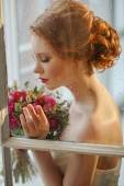 Photo Very pretty sophisticated red-haired girl with a bouquet in his