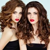 Portrét dvou krásné, elegantní, smyslná brunetka s gorg