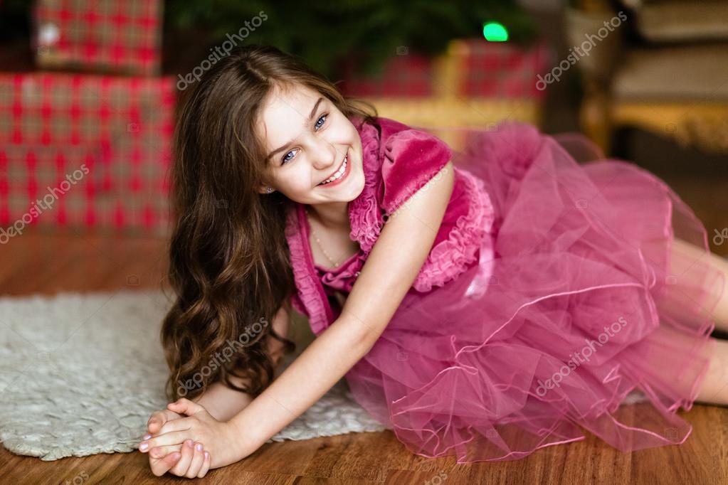 Chica muy dulce con ojos azules en terciopelo rosa Vestido de ...