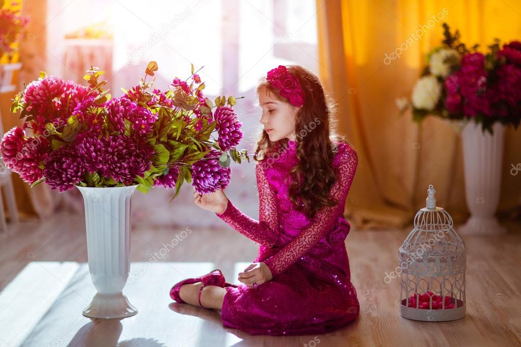 Portrait De Profil Kinky Jeune Fille Vetue D Une Robe Rose Avec