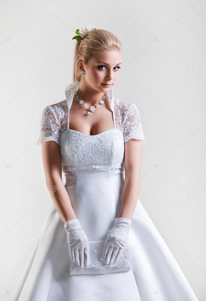 Porträt von schöne zarte blonde Braut im Hochzeitskleid, eine ...