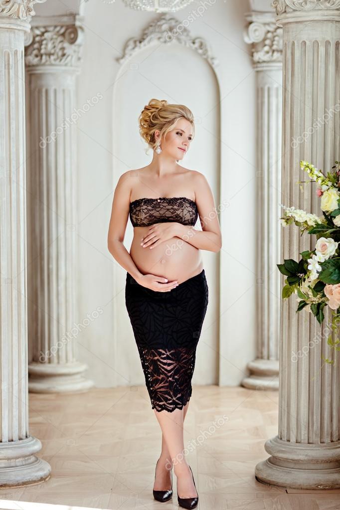 Блондинка в черной юбке фото
