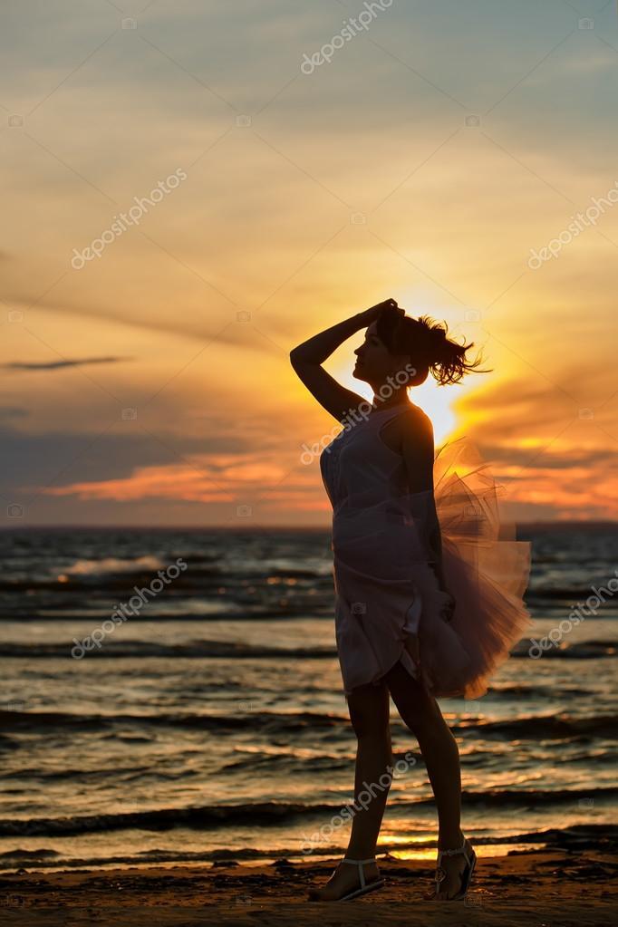 11 окт 2015. Пышное платье выбор современной принцессы, изо дня в день воплощающей сказку в жизнь. Пышное платье может быть выполнено из натурального шелка, шифона, парчи, бархата и, конечно, атласа ткани, которая отлично держит форму и, к тому же, переливается на свету.