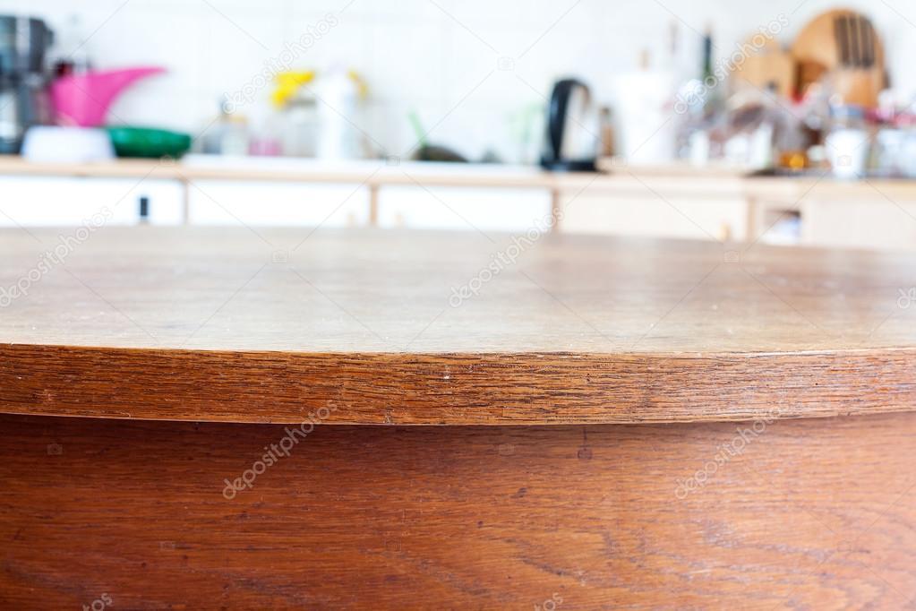 Antigua mesa rústica con cocina vintage defocused fondo. — Foto de ...
