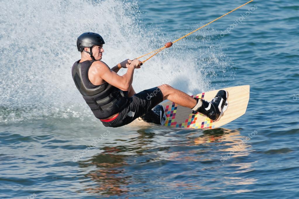 Uomo che guida wakeboard ad alta velocit foto stock for Piani di coperta ad alta elevazione