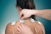terapeuta elektródok elhelyezése a beteg vissza