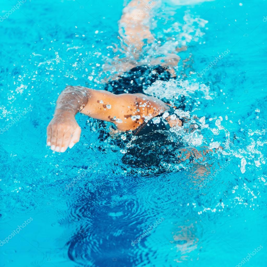 プールでクロール泳者 — ストッ...