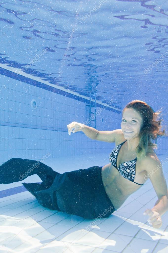 kvinna i sjöjungfru dräkt simmar i poolen — Stockfotografi ... 5ddd3ff807ddd