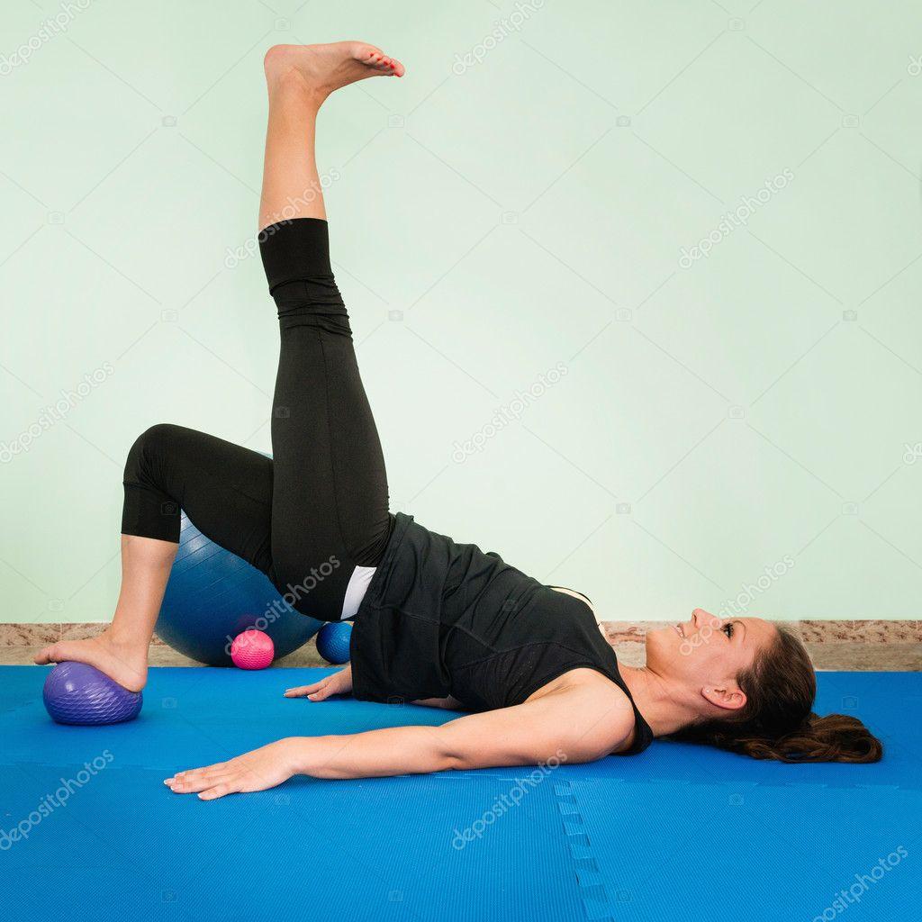 exercice avec ballon de fitness photographie microgen 115206550. Black Bedroom Furniture Sets. Home Design Ideas