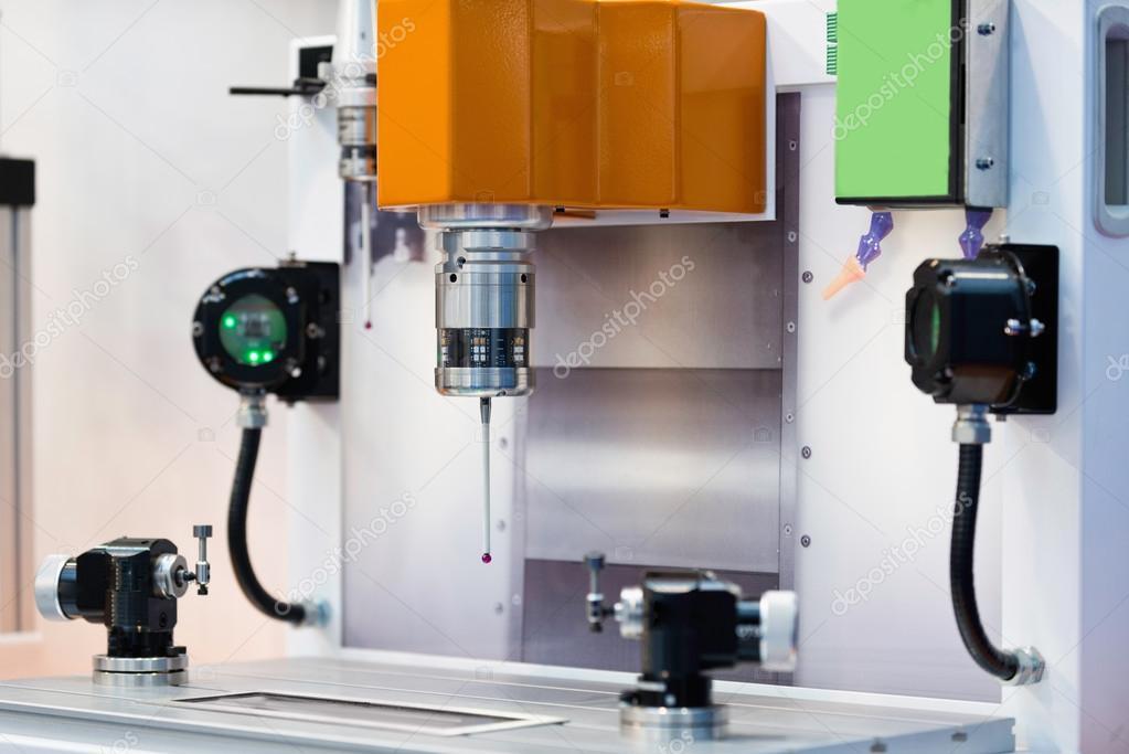 1fea950a47 Sonda óptica control de calidad en la fabricación de proceso en una línea  de producción — Foto de ...