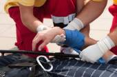Tým zdravotníků pomáhá pacientovi