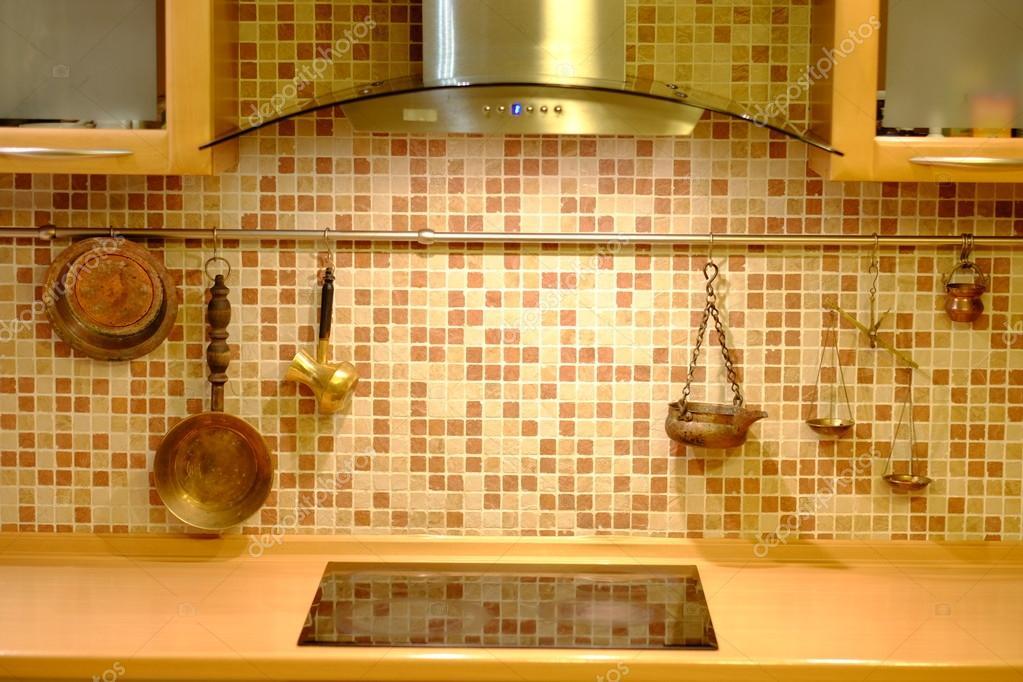 Parete Della Cucina : Pentole di rame sulla parete della cucina u foto stock v kas