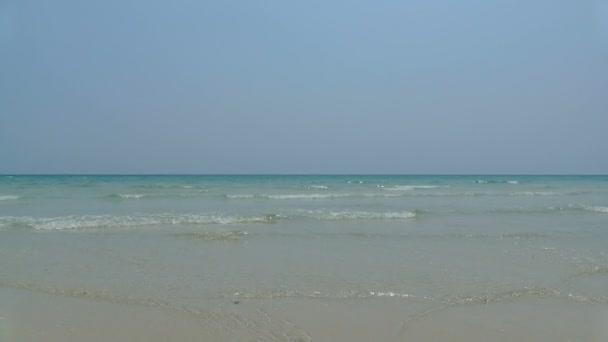 mořské vlny najet na pláži