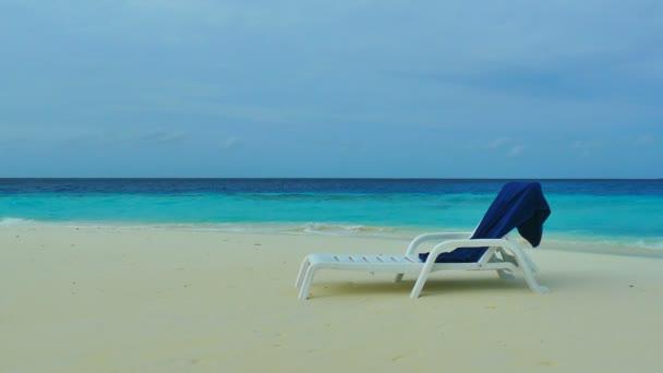 lehátko s mořem a pláží