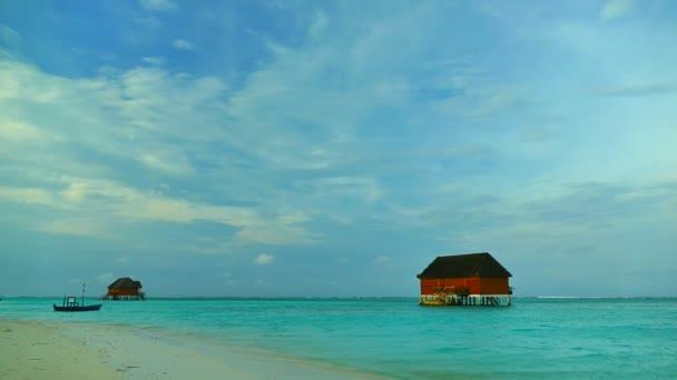 Az óceán gyönyörű Maldív-szigetek sziget