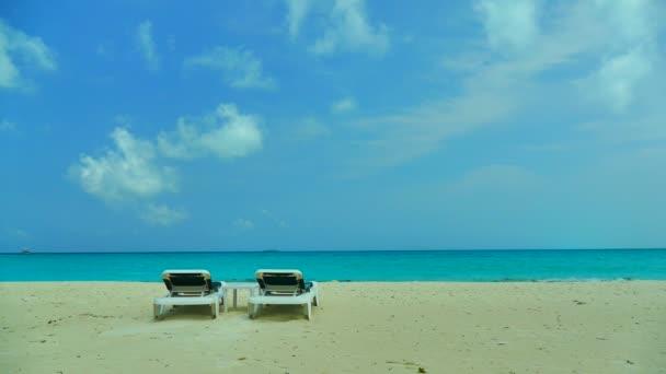 lehátka s mořem a pláží