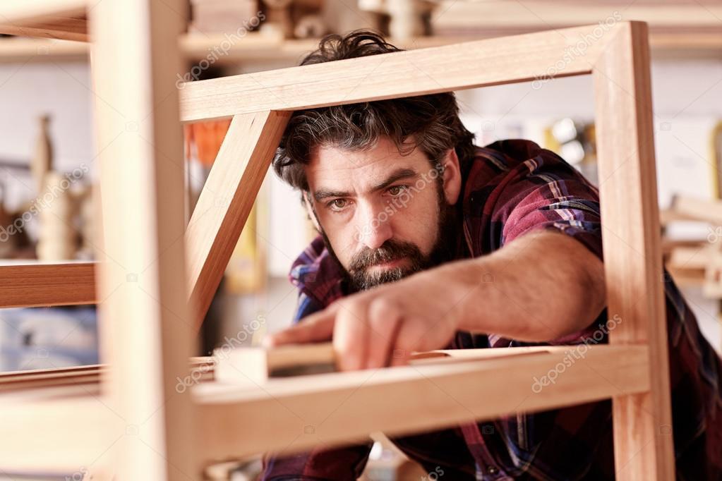 Artesanal cuidadosamente lixar quadro cadeira — Fotografia de Stock