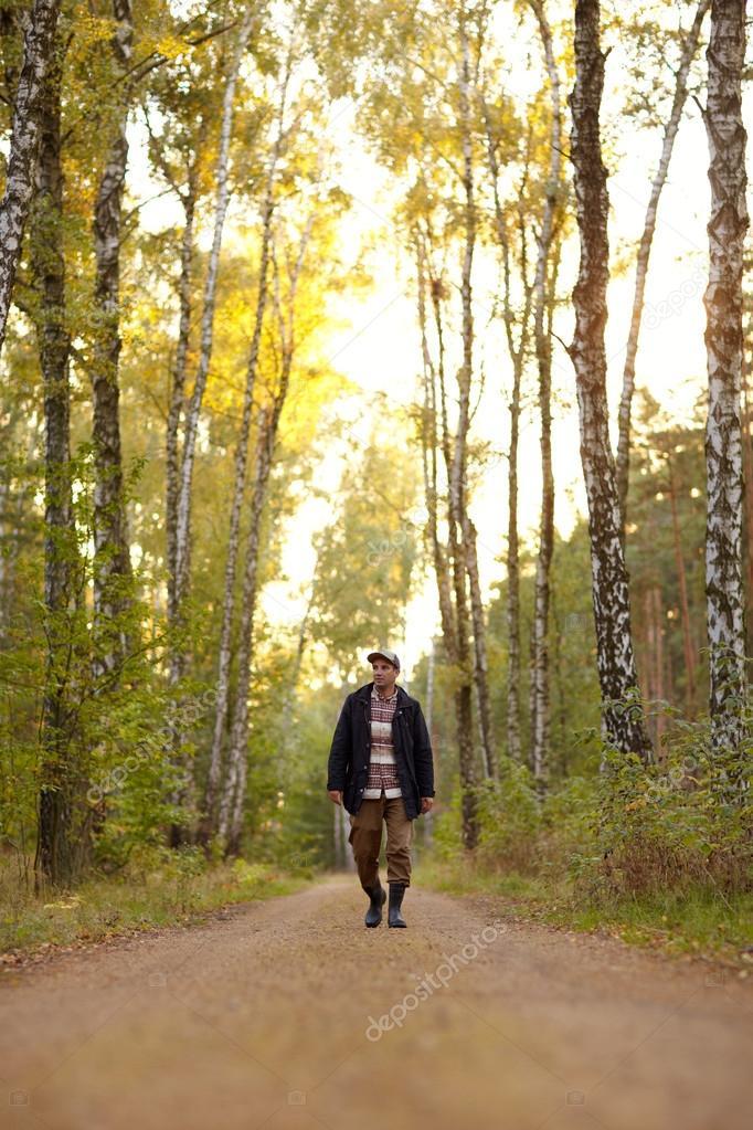 Hombre Caminando Por Camino De Tierra Foto De Stock