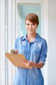 Photo Businesswoman taking notes on clipboard