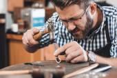Fotografie Juwelier mit Hammer in Form ring