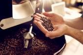 Fotografie Ruce držící pražená kávová zrna